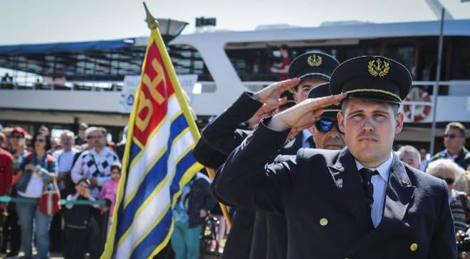 Megkezdődött a 173. balatoni hajózási szezon Szöveg: Balatonfüred, 2019. április 20. Hajósok tisztelegnek a 173. balatoni hajózási idény indulása alkalmából rendezett ünnepségen a balatonfüredi hajóállomáson 2019. április 20-án. MTI/Bodnár Boglárka